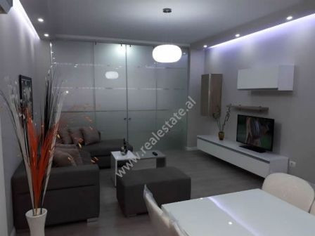 Apartament me qera ne rrugen Islam Alla ne Tirane. Apartamenti ndodhet ne katin e trete te nje pall