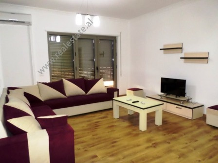 Apartament me qera ne rrugen e Kavajes ne Tirane.  Apartamenti ndodhet ne katin e trete te nje kom