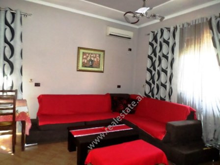 Apartament me qera prane Casa Italia ne Tirane. Apartamenti ndodhet ne katin e dyte te nje vile. K
