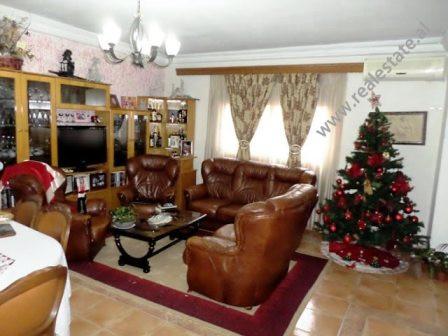 Apartament me qera prane Kristal Center ne Tirane. Apartamenti ndodhet ne katin e dyte te nje palla