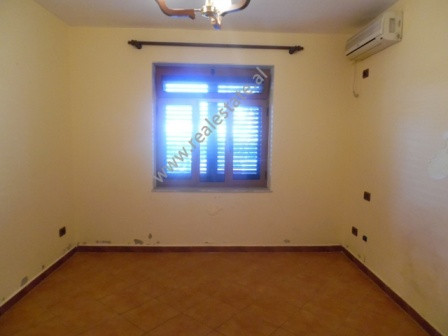 Zyre me qera ne rrugen e Elbasanit. Apartamenti ndodhet ne katin e pare te nje pallati te vjeter.