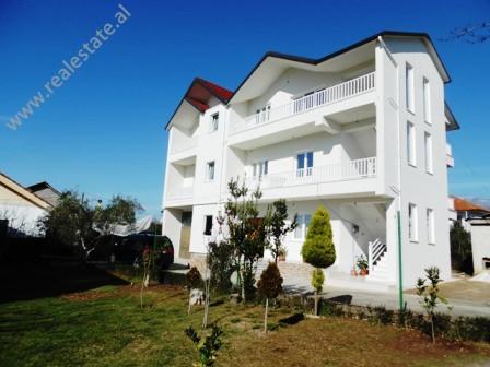 Apartament me qera ne Farke ne Tirane.  Apartamenti ndodhet ne katin e pare te nje vile te perfund