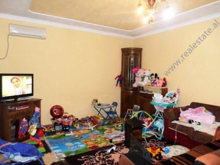 Apartament per shitje prane shkolles Bajram Curri ne Tirane. Apartamenti ndodhet ne katin e pare te