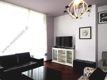 Apartament me qera ne zonen e Bllokut ne Tirane. Apartamenti ndodhet ne katin e tete te nje pallati