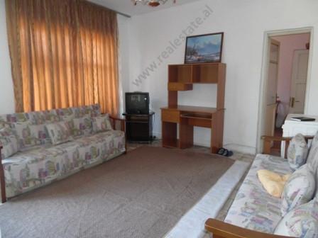 Apartament me qera prane Birra Tiranes ne Tirane. Apartamenti ndodhet ne katin e dyte te nje pallat