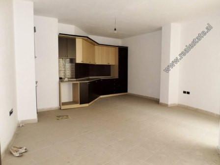 Apartament 1+1 per shitje ne zonen e Astirit ne Tirane.  Ndodhet ne katin e 5-te te nje pallati te