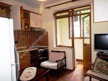 Apartament 2+1 me qera ne rrugen e Elbasanit, ne Tirane.  Apartamenti pozicionohet ne katin
