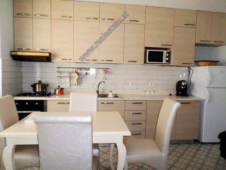 Apartament 3+1 me qera ne rrugen Odhise Paskali ne Tirane. Pozicionohet ne katin e 1-re te nje pall