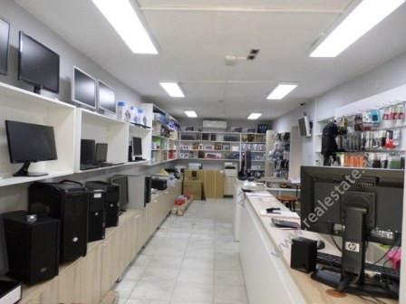Shitet dyqan prane rruges se Kavajes ne Tirane. Dyqani ka nje siperfaqe prej 77m2 dhe ndodhet