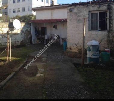 Truall + shtepi private per shitje rrugen Nazmi Rushiti ne Tirane. Siperfaqja e truallit eshte 190