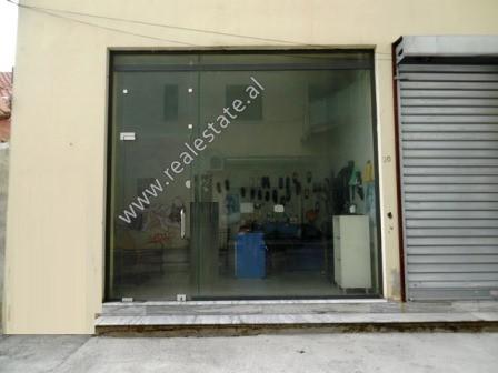 Dyqan per shitje ne rrugen Gjon Buzuku ne Tirane  Ndodhet ne katin perdhe te nje pallati te ri shu