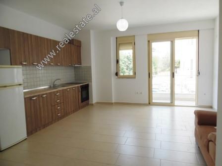 Apartament 1+1 me qera ne rrugen Eduard Mano ne Tirane. Ndodhet ne katin e 2-te te nje kompleksi te