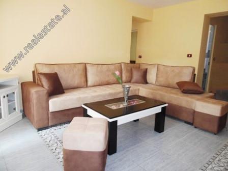 Apartament 1+1 me qera ne rrugen Beqir Rusi ne Tirane.  Ndodhet ne katin e 2-te te nje pallati te