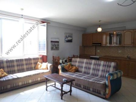 """Apartament 1+1 me qera ne zonen e Selvise, prane shkolles """"Siri Kodra"""" ne Tirane. Ndodhet ne katin"""