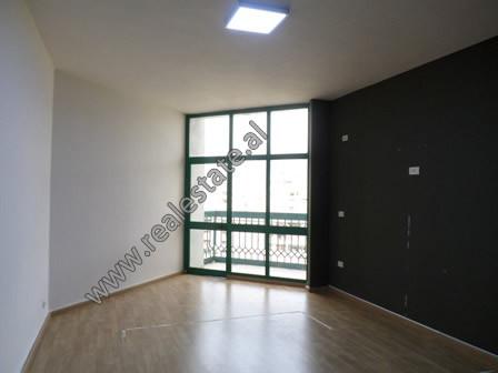 Apartament 1+1 ne rrugen e Kavajes, prane Qendres se Tiranes. Ndodhet ne katin e VII-te te nje pall