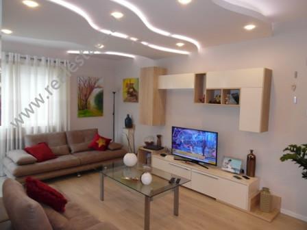 Apartament 2+1 modern me qera ne rrugen Kodra e Diellit, ne Tirane.  Ndodhet ne katin e 3 te nje p