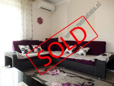 Apartament 1+1 per shitje prane Qendres Globe ne Tirane.  Ndodhet ne katin e 5-te ne nje pallat te
