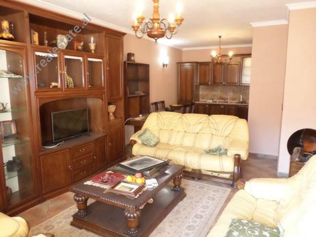 Apartament 2+1 me qera ne zonen e Komunes se Parisit, ne rrugen Medar Shtylla, ne Tirane.  Ndodhet