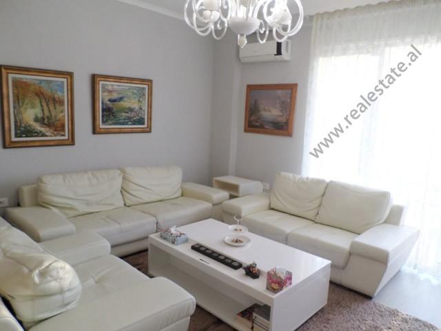 Apartament modern 3+1 me qera ne rrugen Jordan Misja, ne Tirane.  Ndodhet ne katin e katert te nje