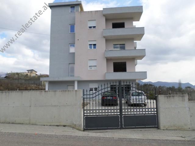 Vile 4 kateshe per shitje prane rruges Ahmet Duhanxhiu ne Tirane. Ndertesa ka nje siperfaqe trualli