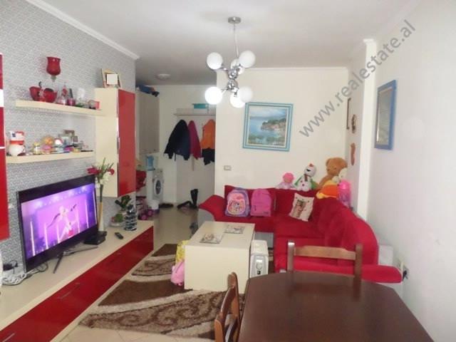 Apartament 2+1 per shitje prane shkolles 17 Shkurti, ne rrugen Muhamed Deliu ne Tirane. Ndodhet ne