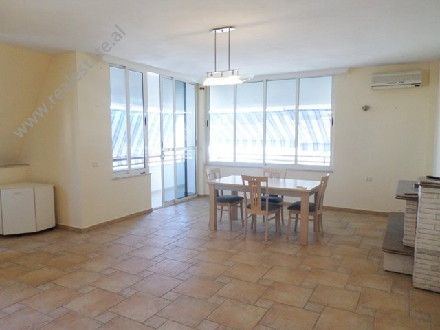 Apartament 2+1 me qera tek Kompleksi Aquadrom, ne rrugen Llazar Pulluqi ne Tirane.  Ndodhet ne kat