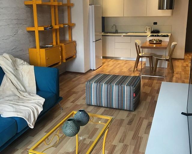 Apartament moderne 2+1 me qera ne rrugen e Kavajes ne Tirane. Ndodhet ne katin e 5-te te nje pallat