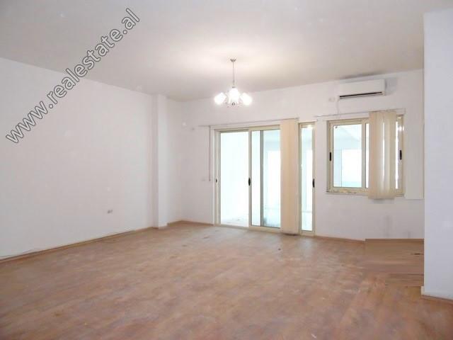 Apartament 2+1 per shitje ne rrugen Asim Vokshi ne Tirane. Ndodhet ne katin e 3-te te nje kompleksi