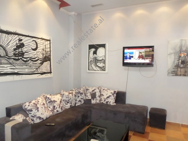 Apartament 1+1 me qera prane rruges Myslym Shyri, ne rrugen Him Kolli ne Tirane.  Ndodhet ne katin