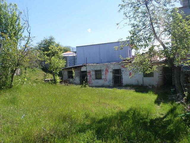 Toke per shitje ne rrugen Deja ne Tirane. Ka nje siperfaqe totale prej 365 m2 ku 92 m2 jane ndertim