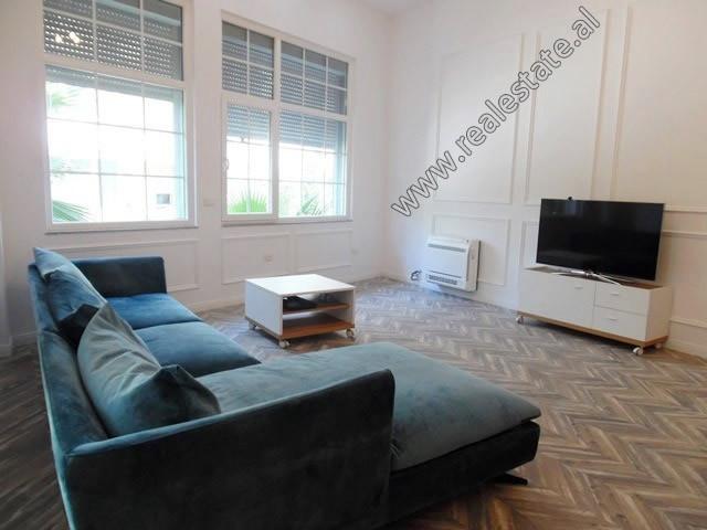 Apartament 1+1 modern me qera ne rrugen Peti ne Tirane.  Ndodhet ne katin e 1-re te nje pallati te