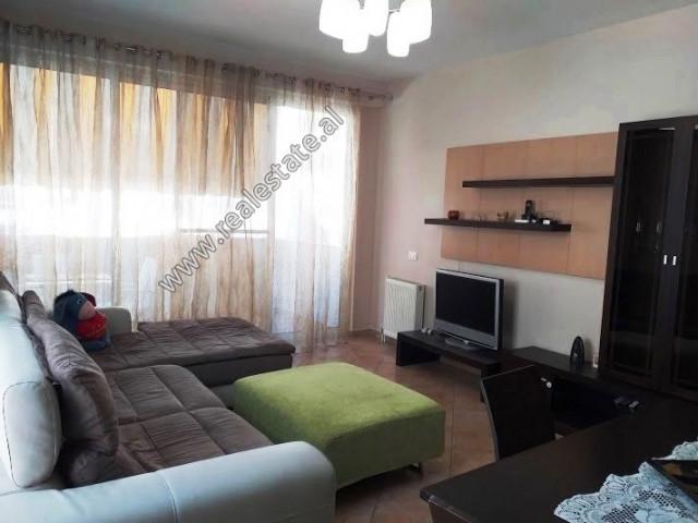 Apartament 2+1 me qera ne rrugen Medar Shtylla ne Tirane. Ndodhet ne katin e 3-te te nje kompleksi