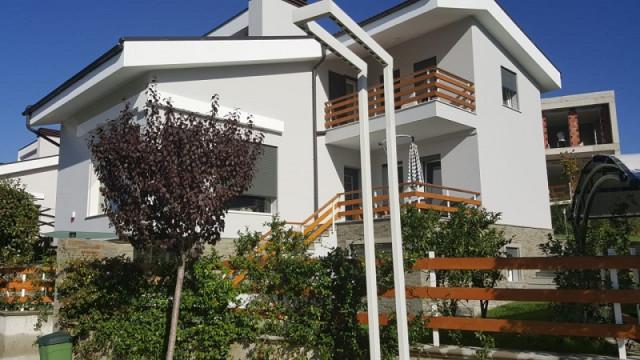Vile me qera ne Lunder, pjese e nje kompleksi rezidencial te mirenjohur.  Vila eshte e perbere nga