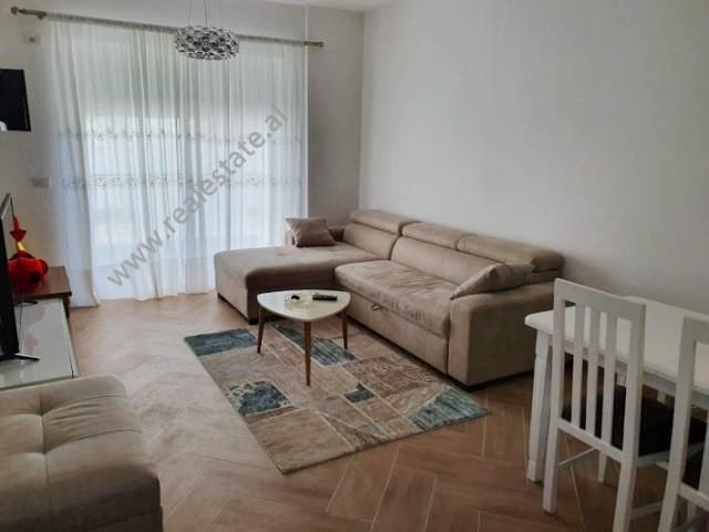 Apartament 1+1 me qera siper Kopshti Zoologjik ne Tirane.  Shtepia ndodhet ne katin e 3-te te nje