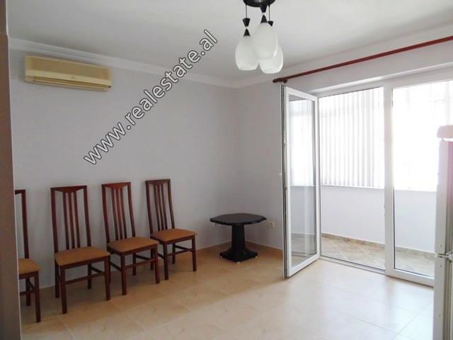 Apartament 2+1 me qera ne rrugen Qemal Guranjaku ne Tirane.  Pozicionohet ne katin e 5-te te nje p