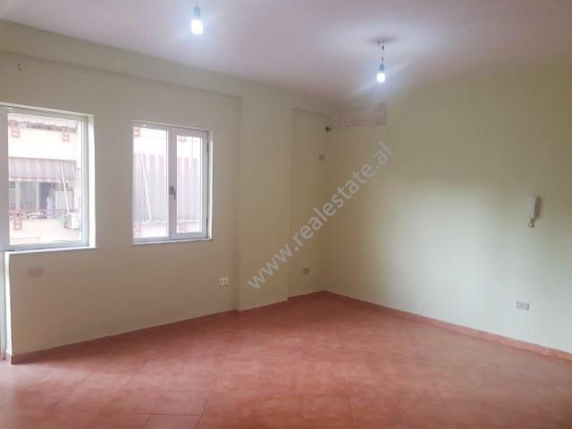 Apartament/Zyre me qera prane shkolles Asim Vokshi ne Tirane.  Ndodhet ne katin e 5-te te nje pall