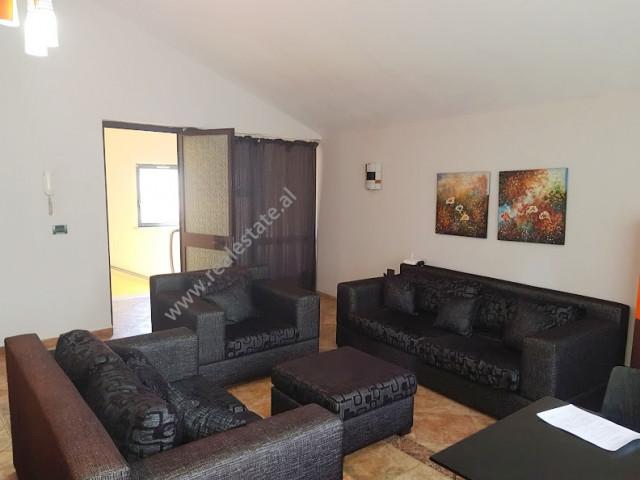 Apartament 2+1 me qera ne rrugen Kont Urani ne Tirane.  Ndodhet ne katin e 3-te te nje vile.  Ka