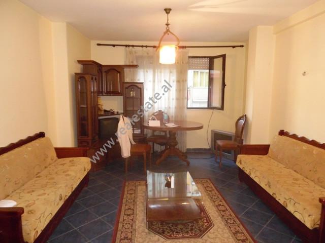 Apartament 1+1 me qera ne rrugen Faik Konica ne Tirane.  Ndodhet ne katin e 3-te te nje pallati te