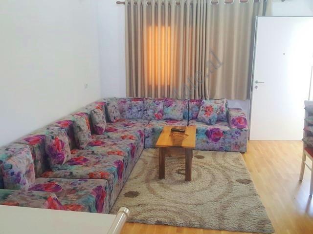 Apartament duplex me qera ne rrugen Mine Peza ne Tirane. Ndodhet ne katin e 6-te te nje pallati te