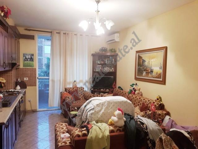 Apartament 1+1 per shitje ne rrugen Mahmut Fortuzi ne Tirane. Ndodhet ne katin e 2-te te nje pallat