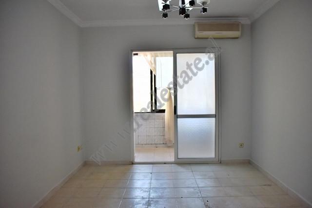 Apartament 2+1 per shitje ne rrugen Foto Janku ne Tirane. Ndodhet ne katin e 4-te te nje pallati te