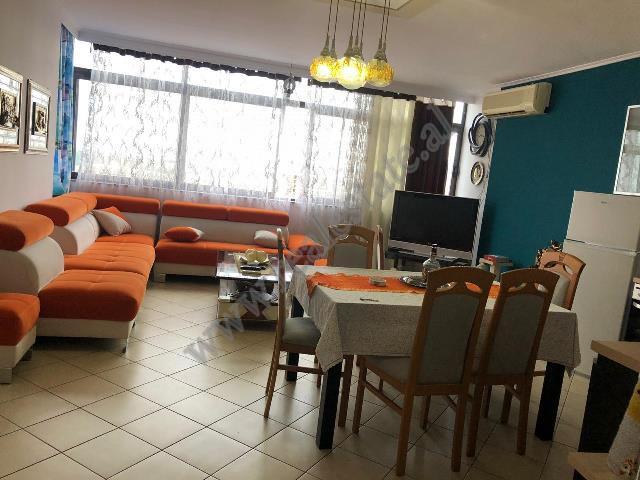 Apartament 3+1 me qera prane qendres Globe ne Tirane. Ndodhet ne katin e 9-te te nje pallati te ri