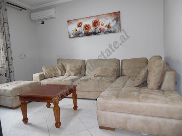 Apartament 1+1 me qira prane Ambasades Polake ne Tirane. Ndodhet ne katin e dyte te nje pallati te