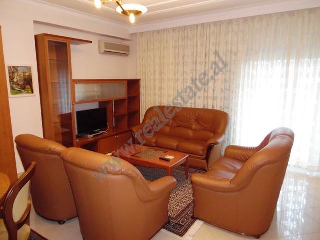 Apartament 2+1 me qera ne rrugen Ismail Qemali ne Tirane. Ndodhet ne katin e 4-te te nje pallati te