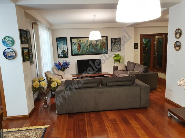 Apartament modern 3+1 me qera ne rrugen Perlat Rexhepi ne Tirane. Pozicionohet ne katin e 9 te nje p