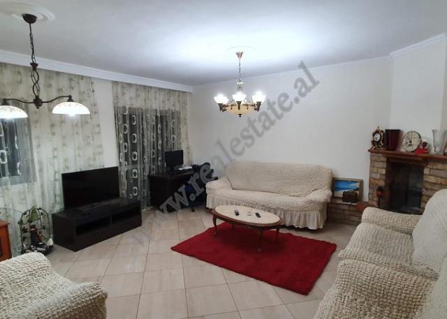 Apartament 2+1 per shitje ne rrugen Sulejman Pasha ne Tirane. Ndodhet ne katin e 4-te te nje pallat