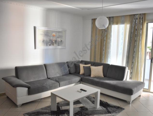 Apartament 3+1 me qera ne rrugen Marko Bocari ne Tirane. Ndodhet ne katin e 5-te te nje pallati te