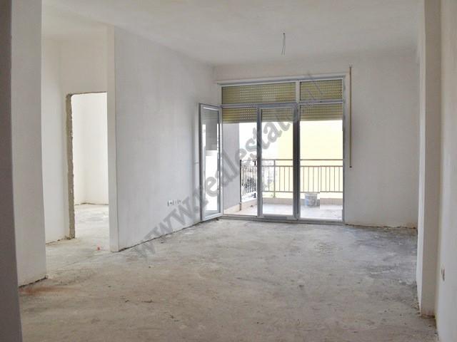 Apartament 3+1 per shitje prane zones se Laprakes ne Tirane. Pozicionohet ne katin e katert banim t