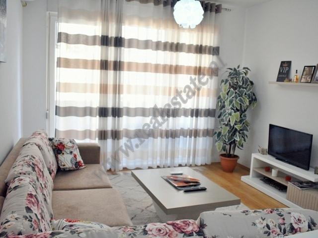 Apartament 1+1 me qera prane 21 Dhjetorit ne Tirane. Ndodhet ne katin e trete te nje kompleksi te r