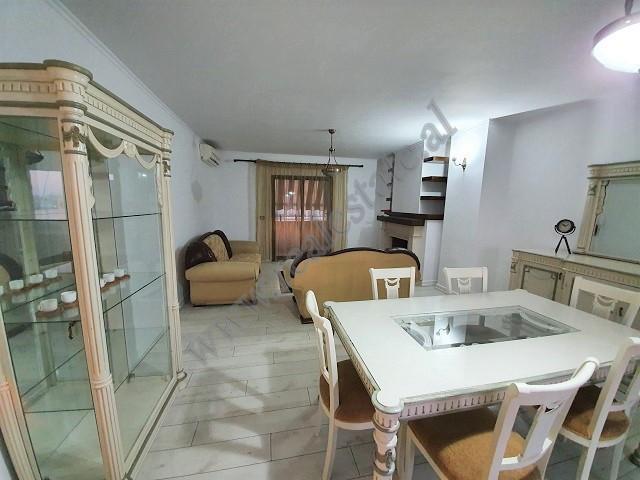 Apartament 2+1 me qera ne fillim te rruges se Durresit ne Tirane.  Apartamenti pozicionohet ne kat